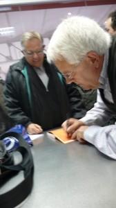 L'autor Carles Ginès signant llibres